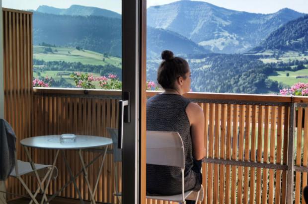 Anne-auf-dem-Balkon-in-der-Allgäu-Sonne