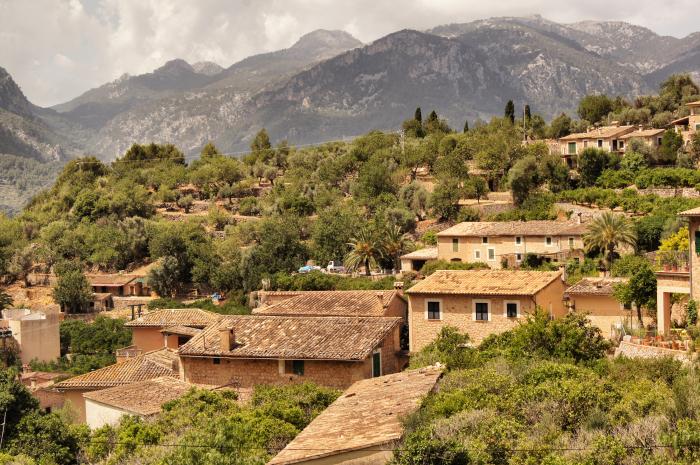 Urlaubsorte-auf-Mallorca-Valldemossa-über-den-Dächern