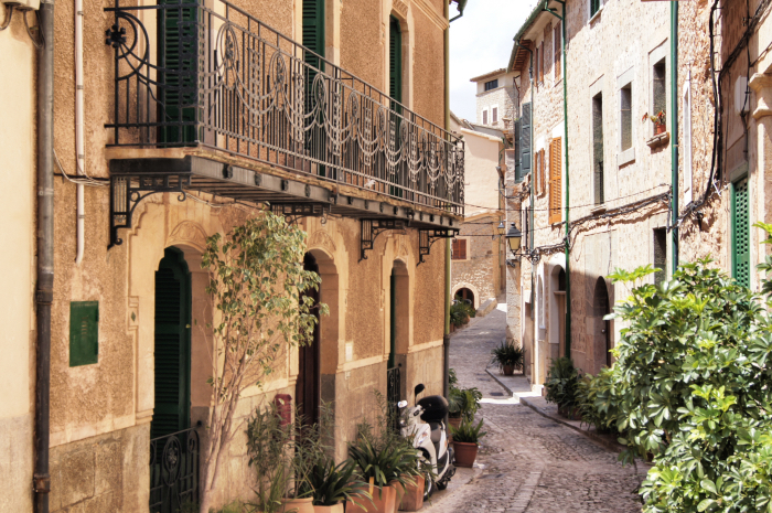 Urlaubsorte-auf-Mallorca-Valldemossa-Gasse