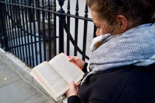 literatur-in-london-anne-mit-reisefuehrer