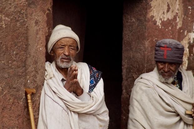 Felsenkirchen von Lalibela Mann beim Singen